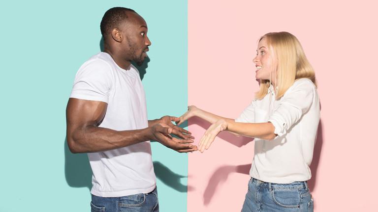 Ein Paar streitet.