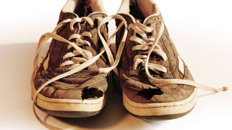 Kaputte Sneaker mit Löchern
