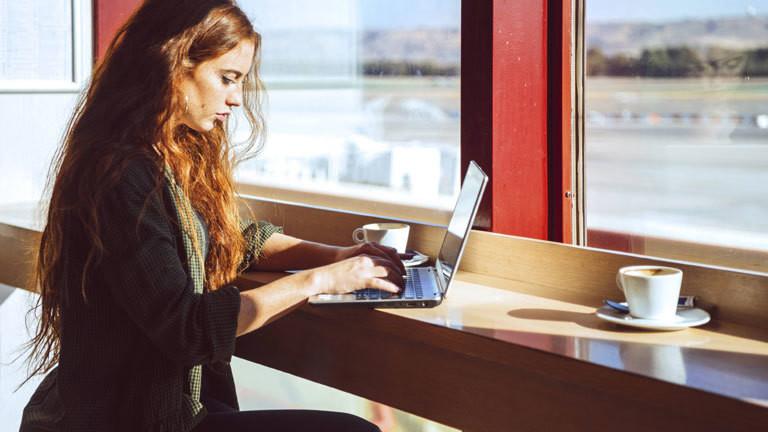Frau an Laptop im Café