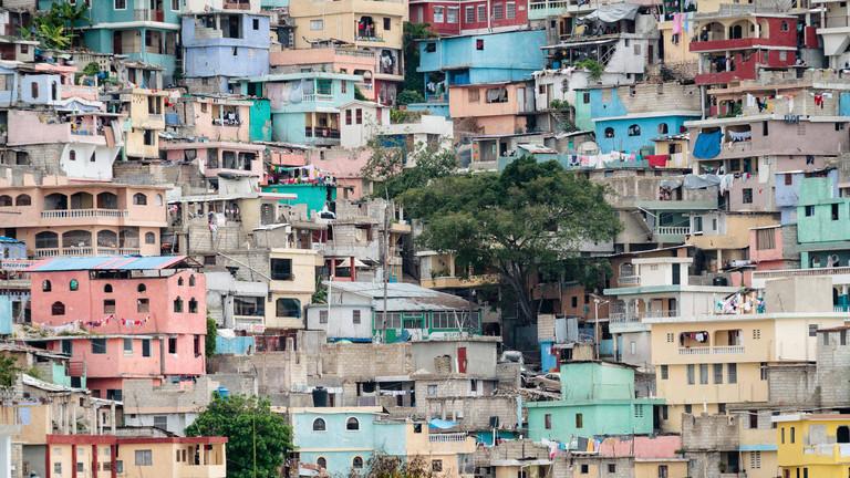 Haiti - Port-au-Prince, bunte Häuser eines Armenviertels an einem Hang