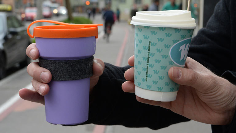 Ein Mehrweg-Kaffeebecher (l) und ein Einweg-Kaffeebecher