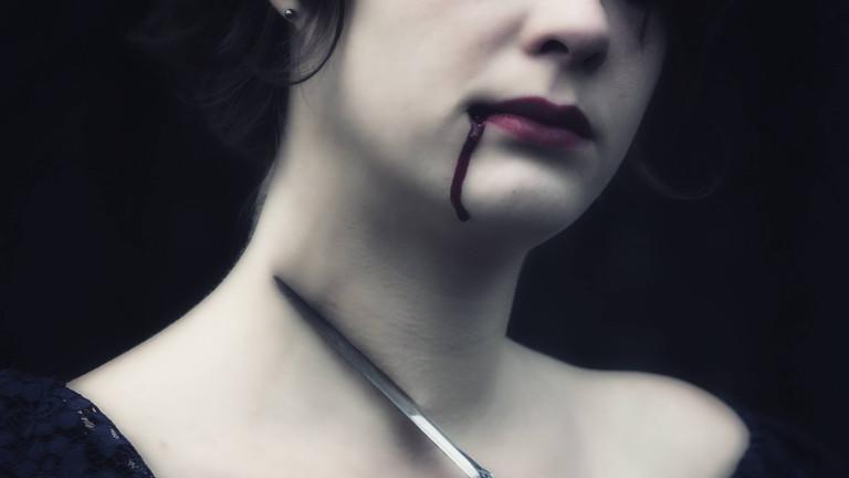 Frau mit Messer am Hals