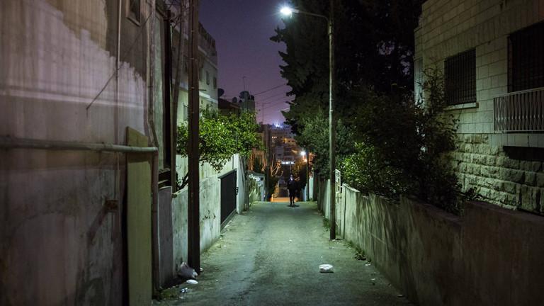 Dunkle Gasse bei Nacht.