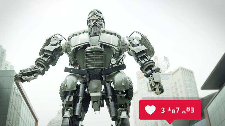 Eine riesige Roboterskulptur in einer Straßenschlucht erhält viele Likes,