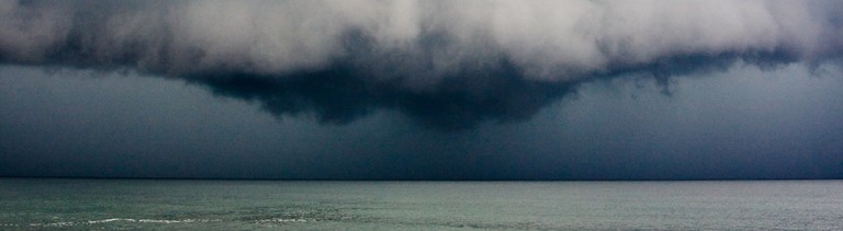 Gewitterfront über dem Meer