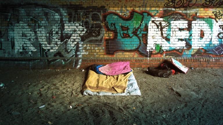 Ein Schlafplatz unter einer Brücke.