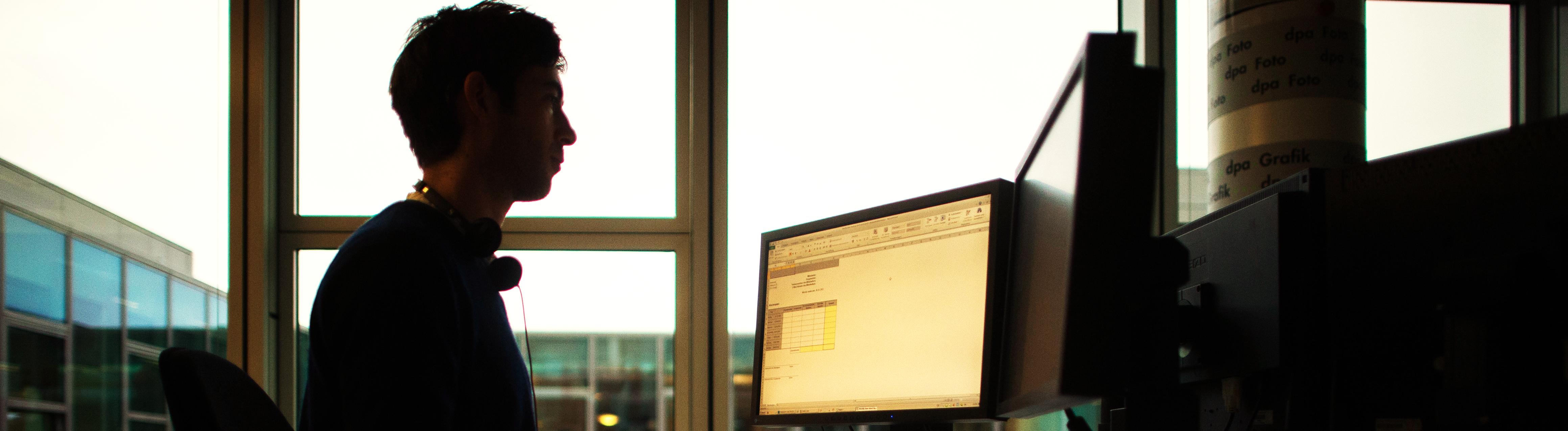 Mitarbeiter im Büro am Computer