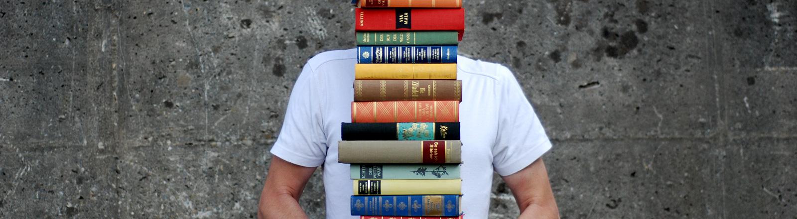 Mann mit Bücherstapel
