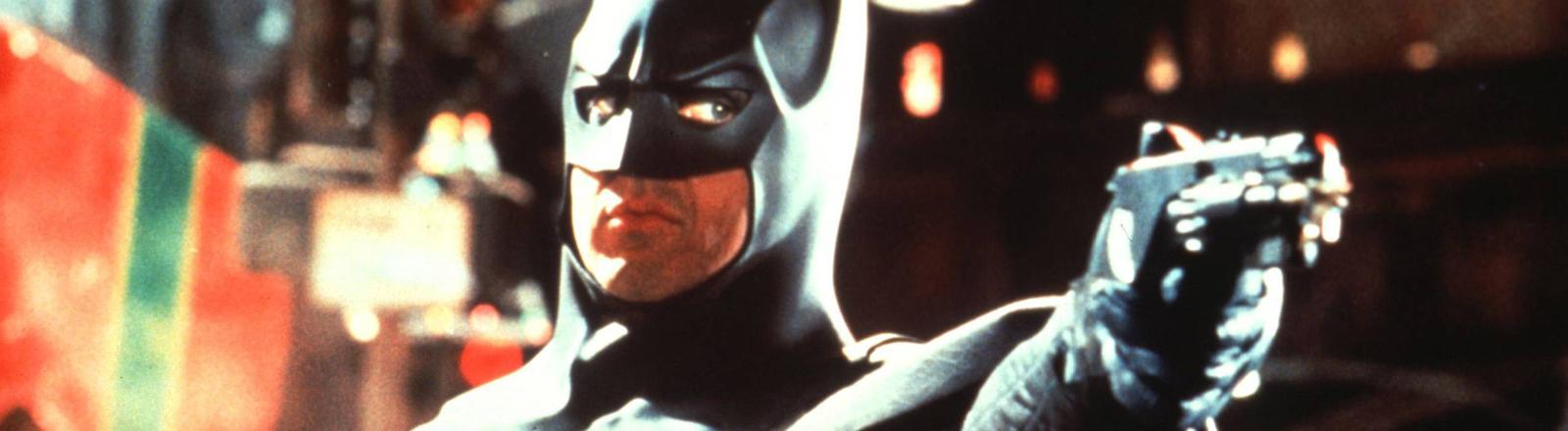 Batman zielt mit einer Pistole