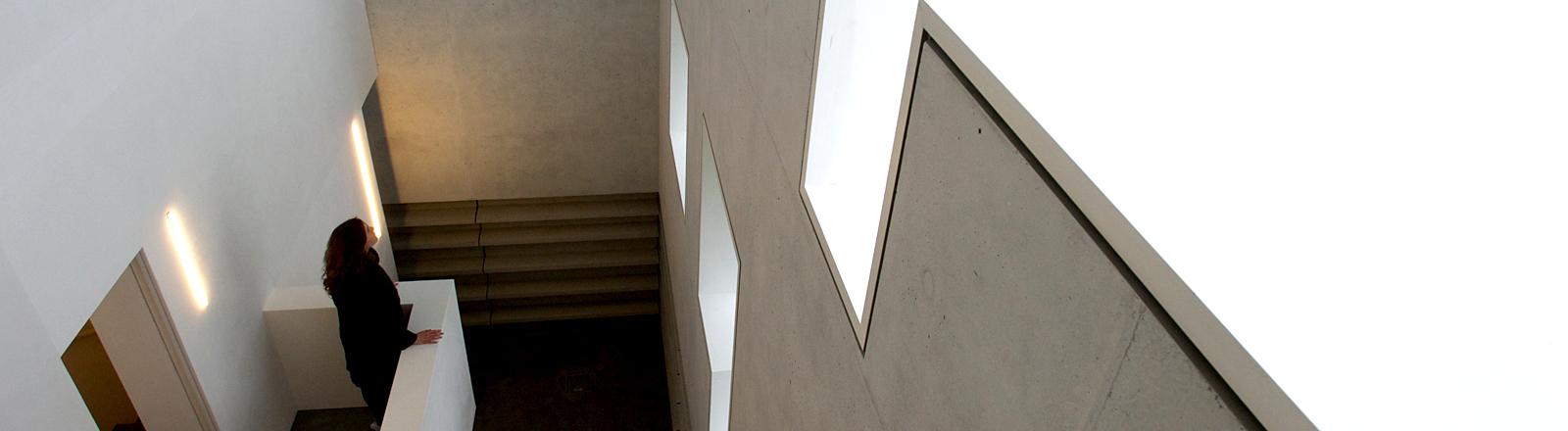 Frau steht in einem modernen Gebäude.