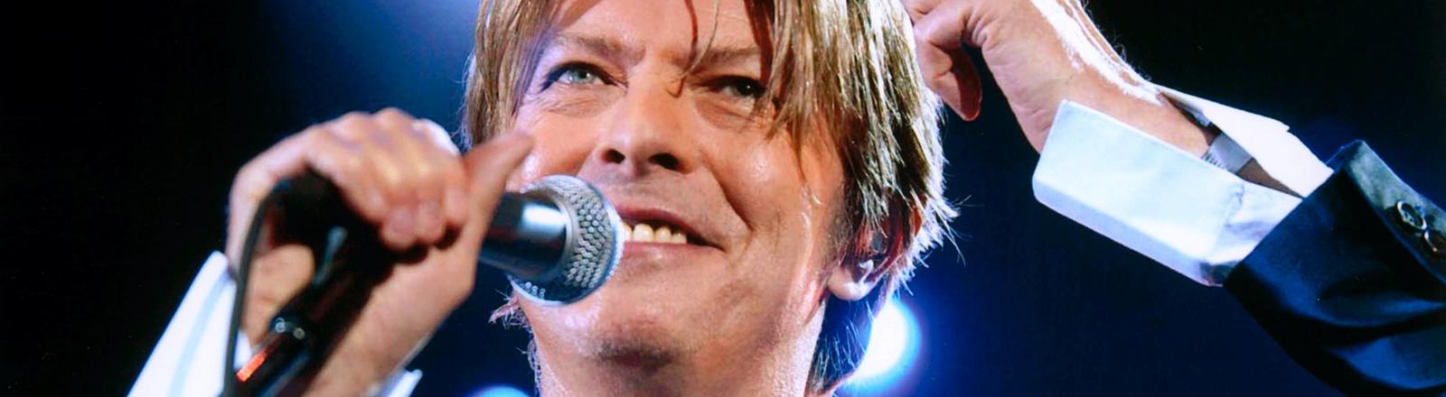 David Bowie mit Mikro auf der Bühne