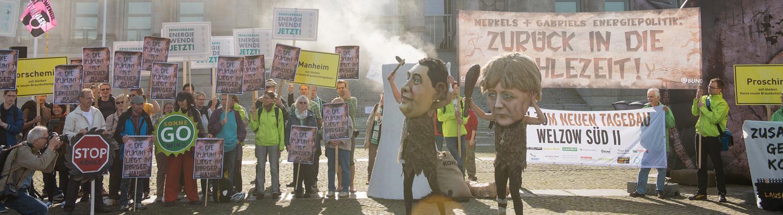 Aktivisten von Campact und BUND protestieren am 27.06.2014 in Berlin gegen die Verabschiedung des Erneuerbare-Energien-Gesetzes