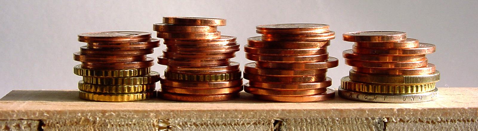 Kleingeld liegt auf einer Holzpalette