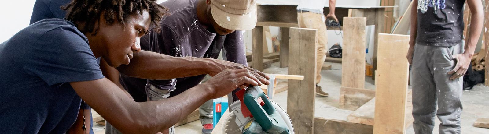 Cucula: Flüchtlinge bauen Möbel