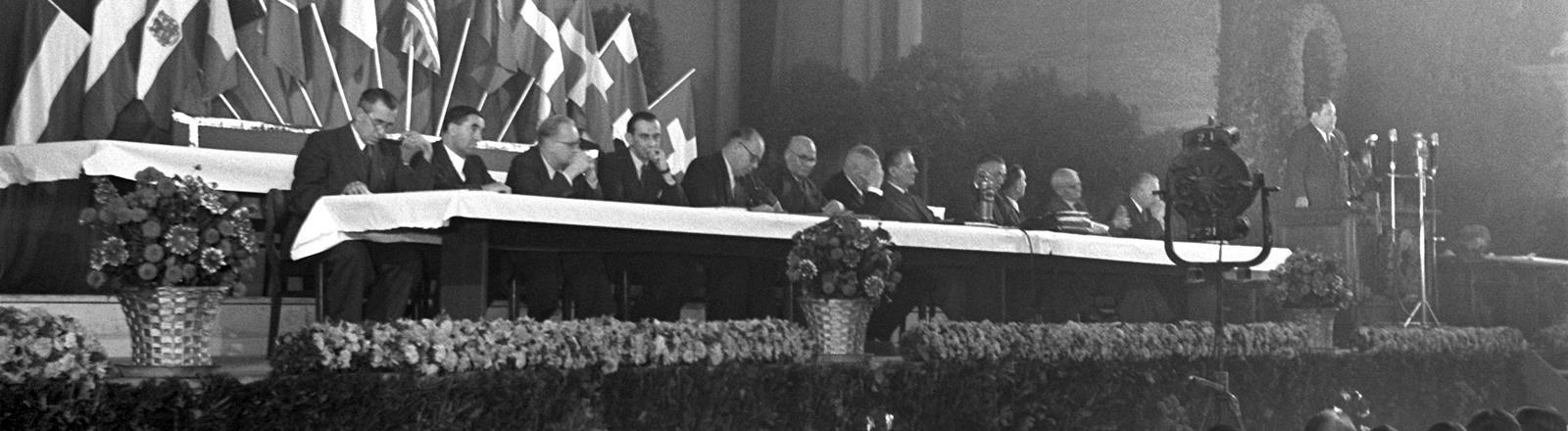 Die Rednertribüne des Kongreßsaales während der Eröffnungsfeierlichkeiten zur Gründung des DGB.