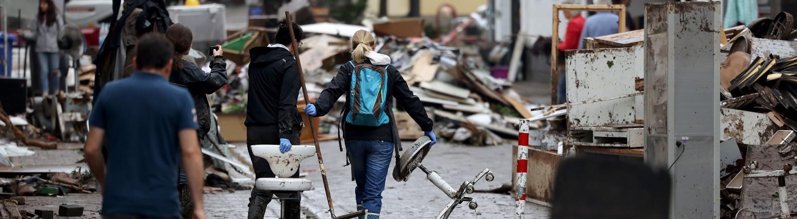 In der Stadt Gemünd beginnen die Aufräumarbeiten nach dem Hochwasser.