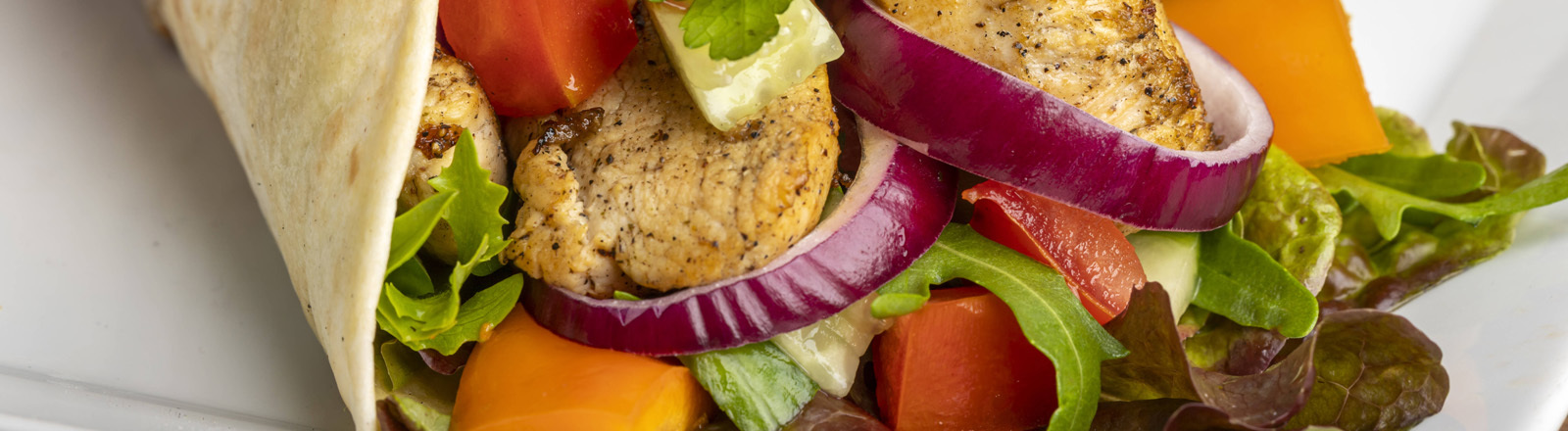 Dürüm mit Fleisch und Gemüse.