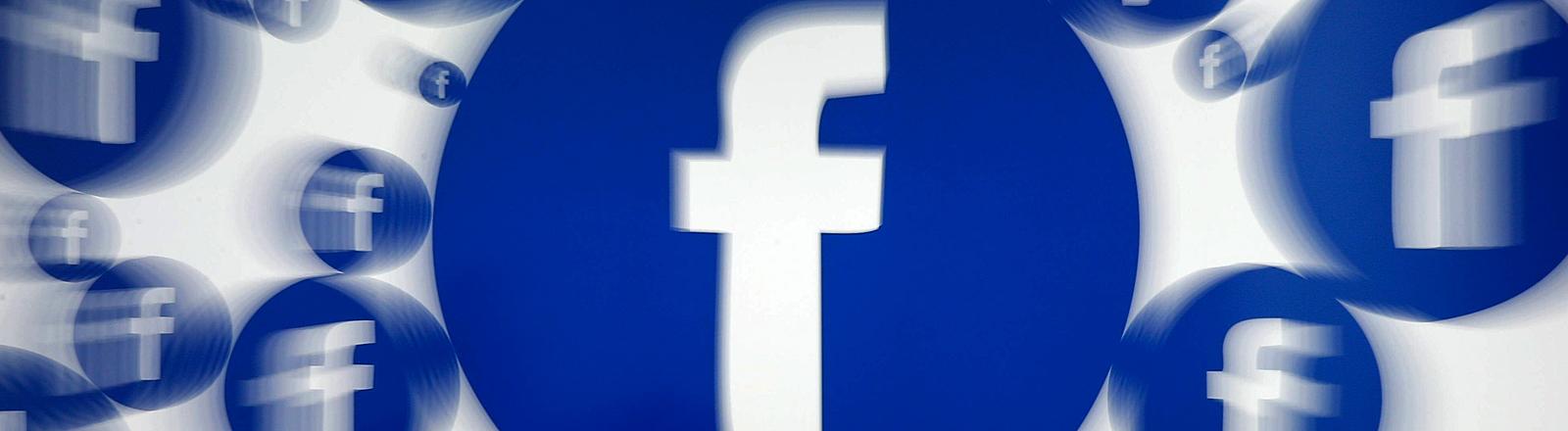 Das Facebook-Logo verschwommen