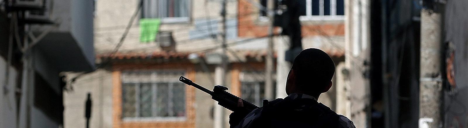 Polizist in Favela in Rio de Janeiro 2016
