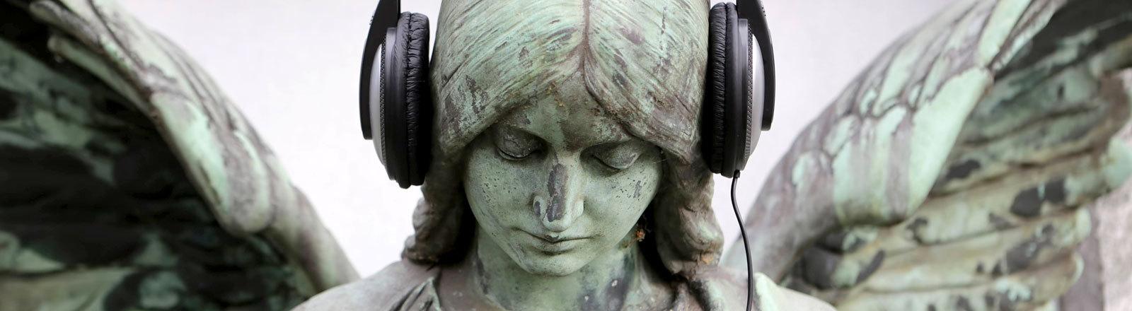 Engel auf dem Friedhof mit Kopfhörern