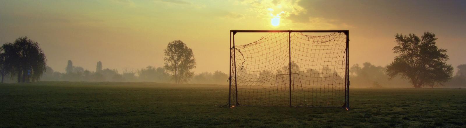 Sonnenuntergang mit Fußballtor