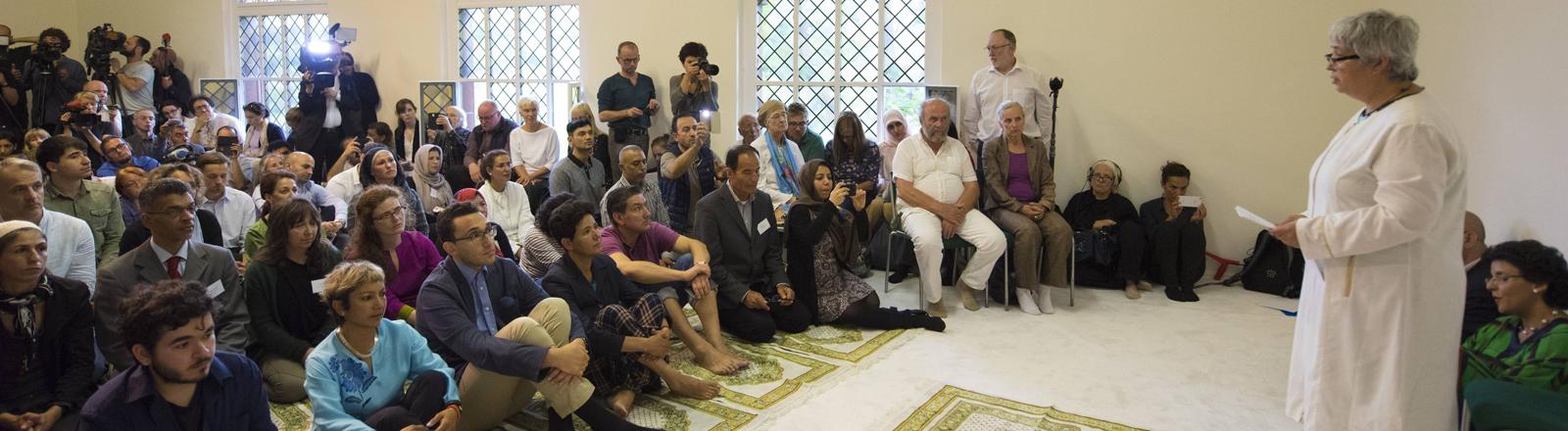 Menschen beim Freitagsgebet zur Eröffnung der liberalen Ibn-Rushd-Goethe-Moschee am 16.06.17.