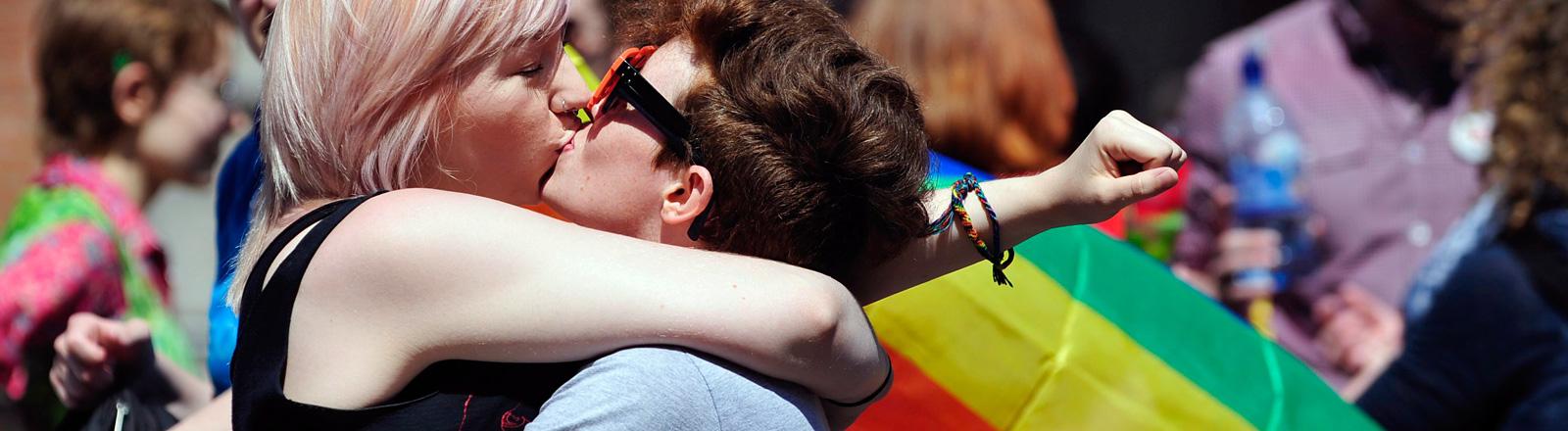 Zwei sich küssende Frauen