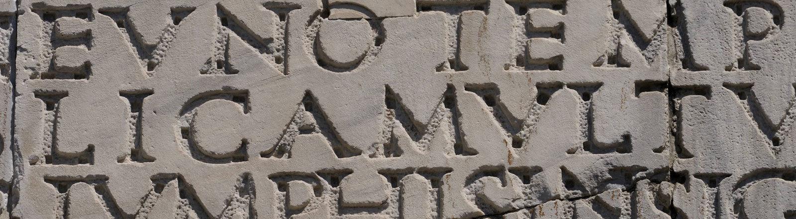 Römische Inschrift am Konstantinsbogen, Rom, Italien, Europa
