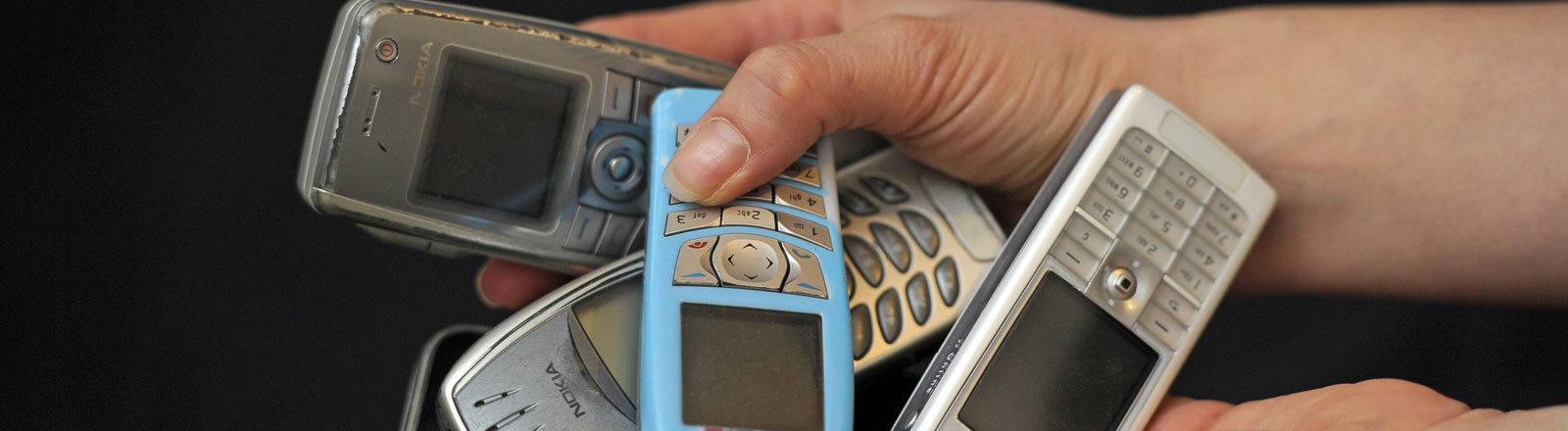 Handys und Smartphones zurückgeben.