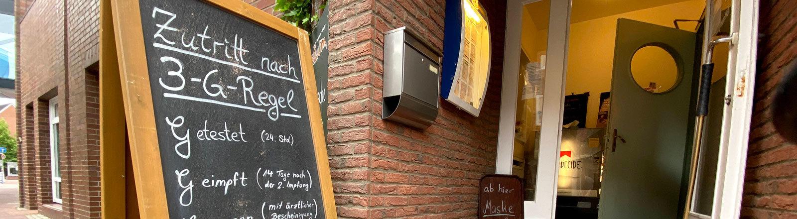 3-G-Regel auf einer Tafel vor einem Restaurant erklärt