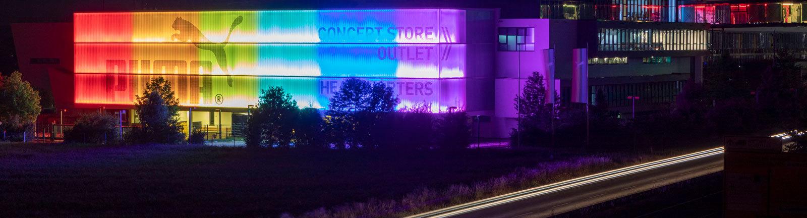 Das Headquarter des Sportartikelherstellers Puma in Herzogenaurach erstrahlt in Regenbogenfarben