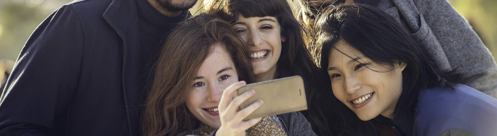 Fünf Freunde machen ein Selfie