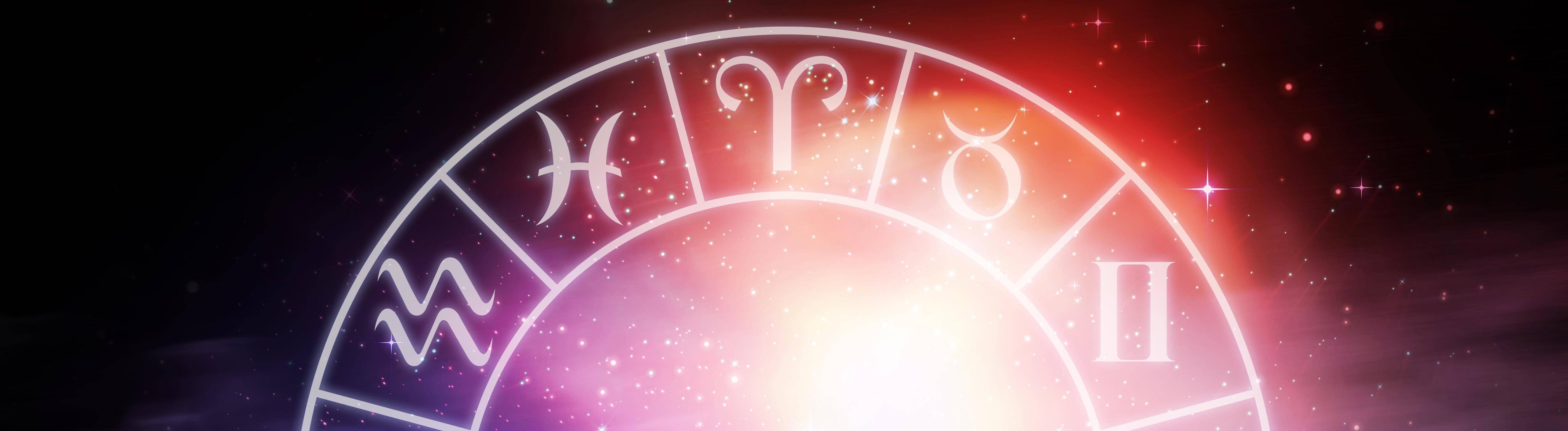 Eine Uhr mit den zwölf Sternzeichen