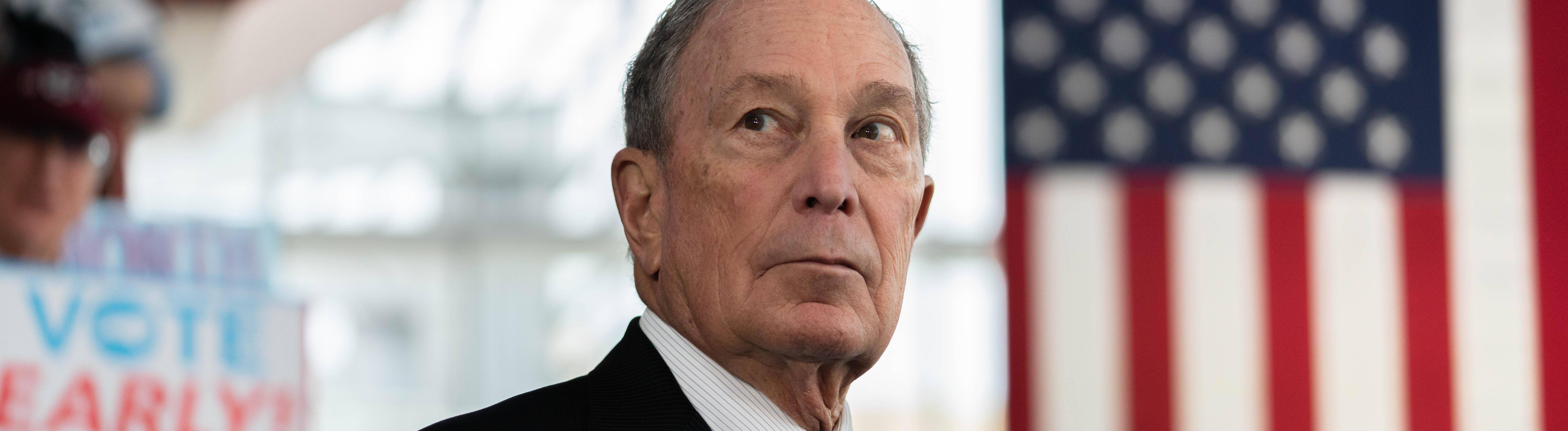 Michael Bloomberg vor der US-amerikanischen Flagge