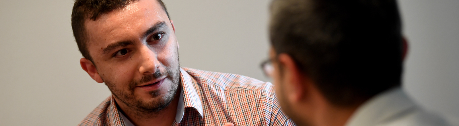 Berlin: Ahmad C. (l) und Ahmad S., psychosoziale Berater für Flüchtlinge, unterhalten sich in Räumlichkeiten der Organisation IPSO (International Psychosocial Organisation).
