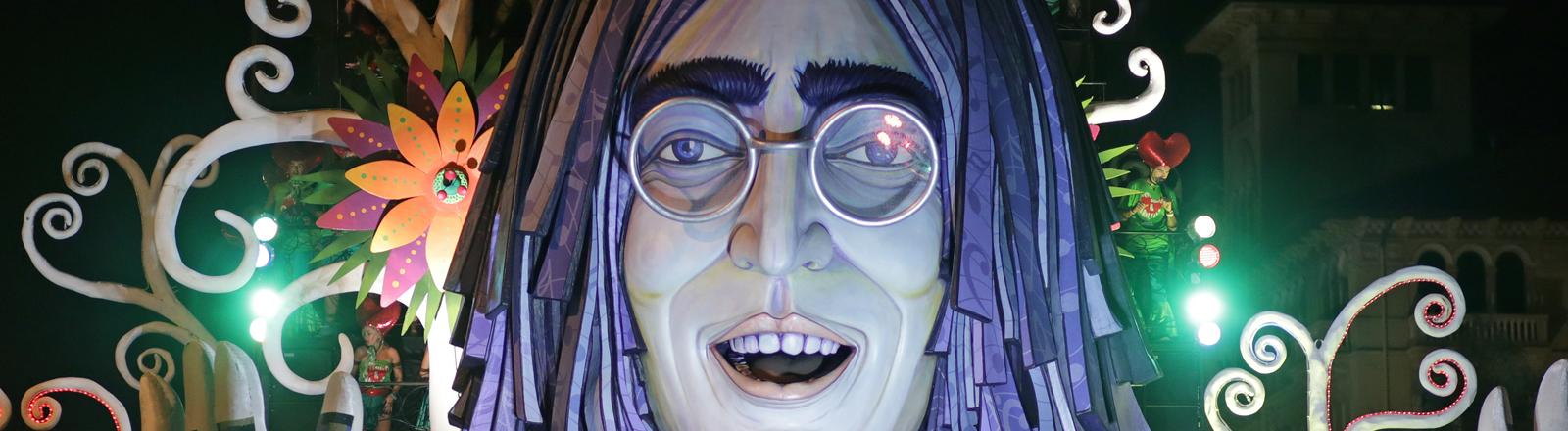John Lennon als große Figur im Musical