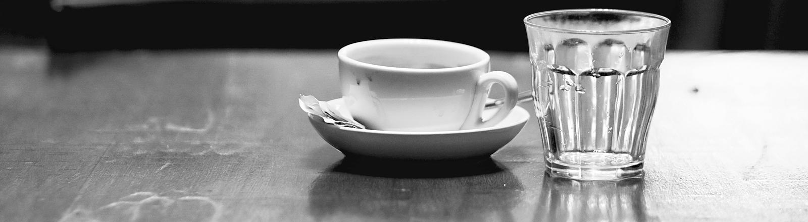 Leere Kafeetasse und leeres Glas