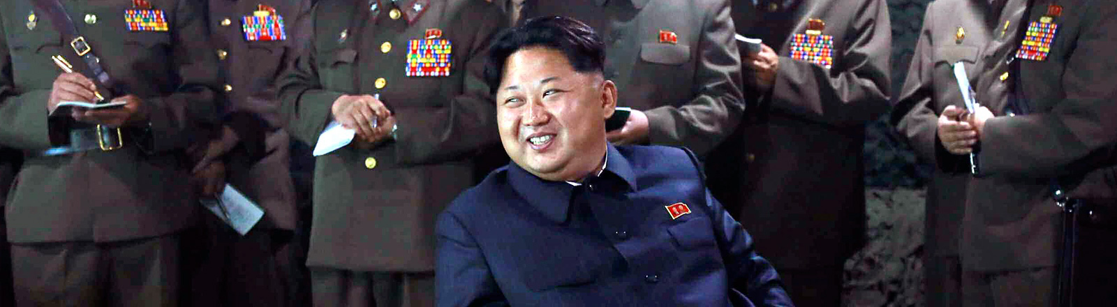 Kim Jong Un zwischen Generälen