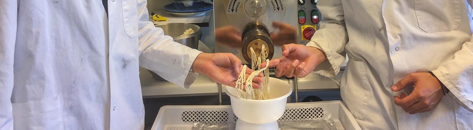 Zwei Wissenschaftler des Kitchen Labs.