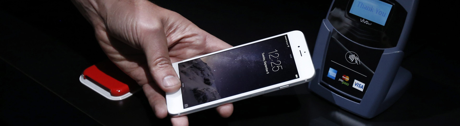 Ein Handy vor einem NFC-Lesegerät