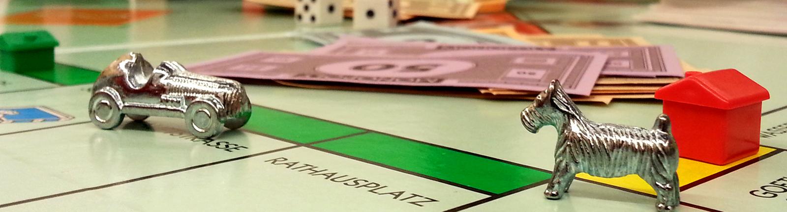 Spielfigur auf Monopoly-Brett