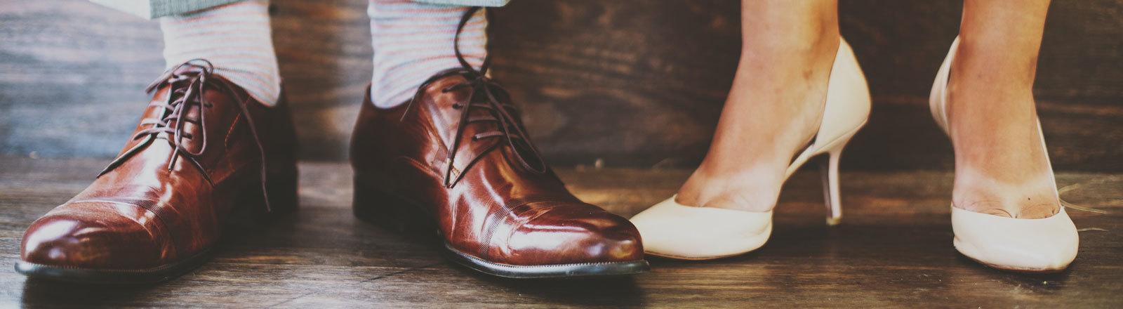 Die Schuhe einer Braut und eines Bräutigams.
