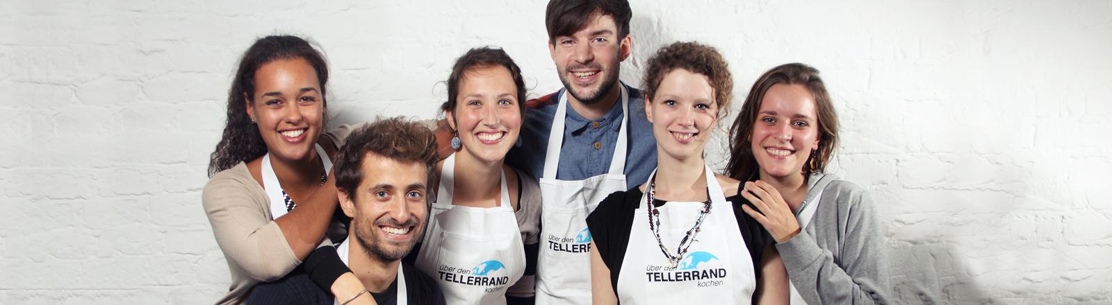 6 Berliner Studenten mit den Kochschürzen von Über den Tellerrand gucken