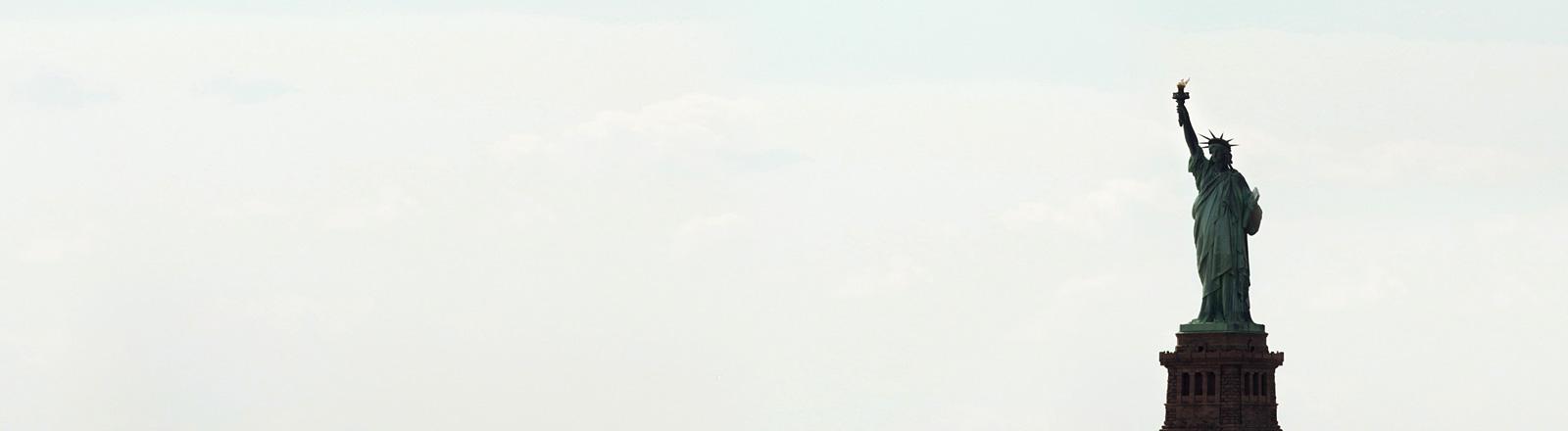 Die Freiheitsstatue vor blauem Himmel