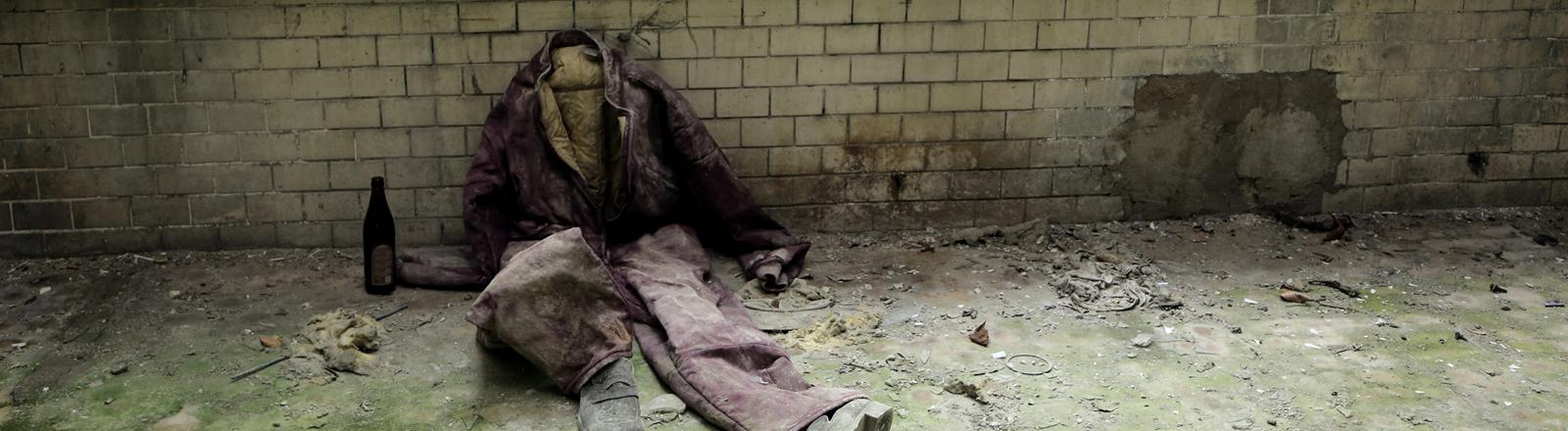 Ein leerer Anzug in einem verfallenen Haus
