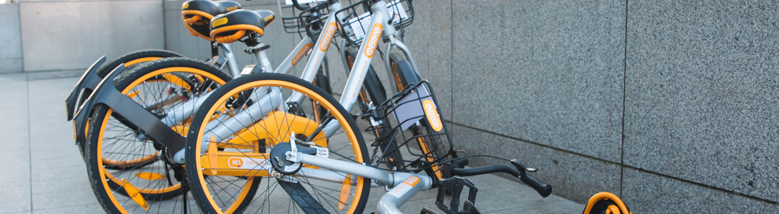Gelbe Fahrräder an einem Ständer