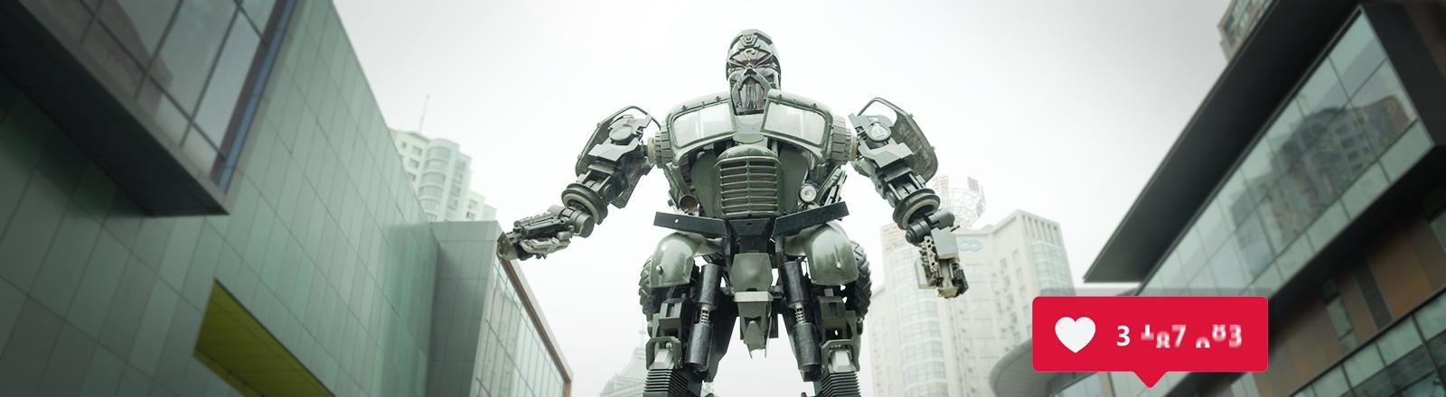 Eine riesige Roboterskulptur in einer Straßenschlucht mit vielen Likes