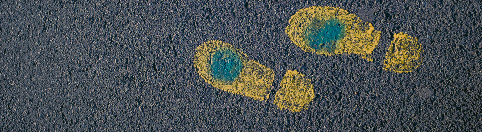 Gelbe Schuhabdrücke