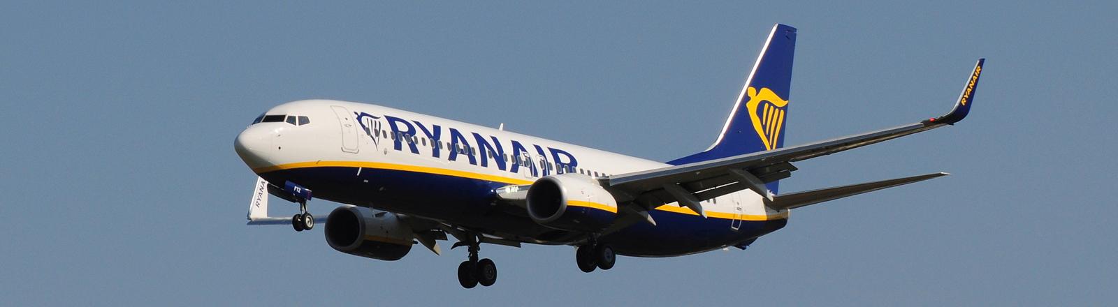 Ein Flugzeug von Ryanair in der Luft.