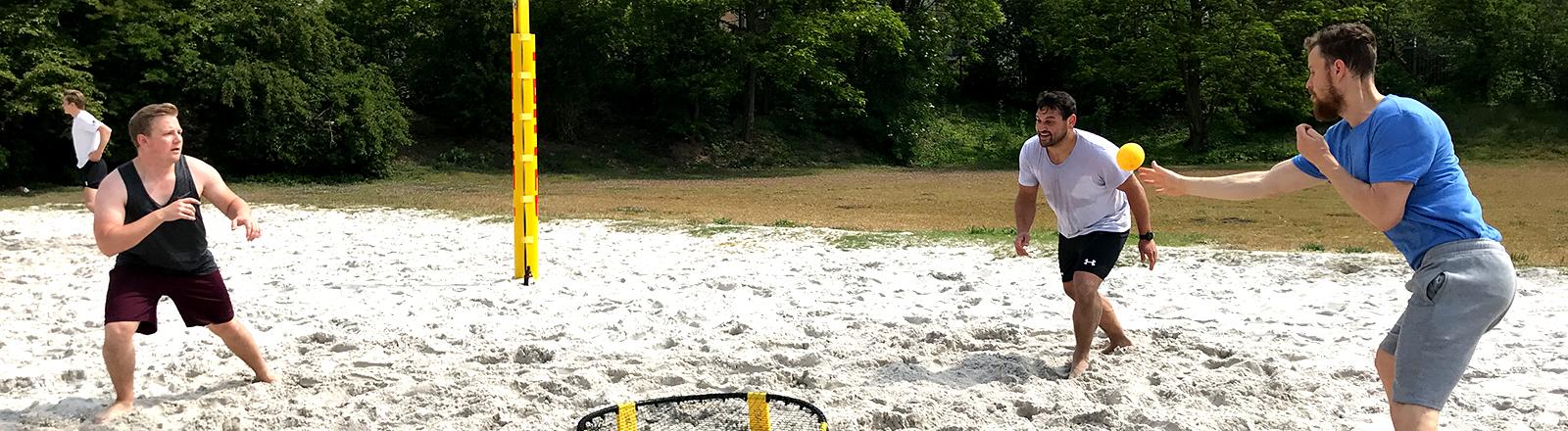 Sportstudenten spielt Spikeball.